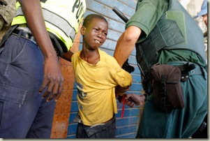 niño robando en Haiti